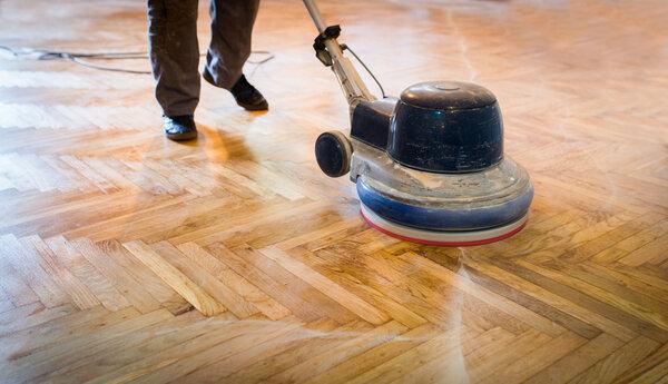 Få hjälp med att slipa golvet.